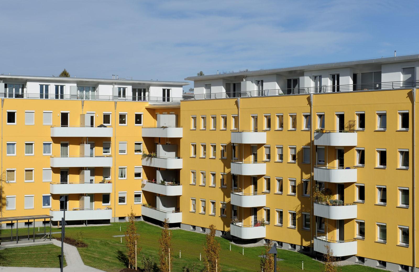 Wohnraum in Großstädten ist knapp. Hier helfen Dachaufstockungen in Holzbauweise auf bestehende Wohnsiedlungen für zusätzlichen Wohnraum.