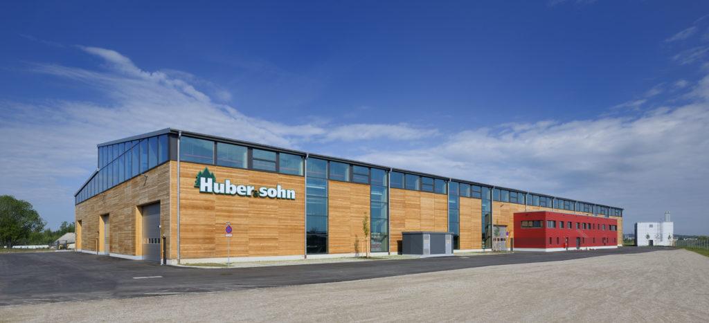 Flexible Fertigung für Dach- und Deckenelemente in neuer Produktionshalle bei Holzbaufirma Huber + Sohn